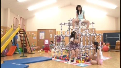 電マジャングルジムで遊ぶ少女たち