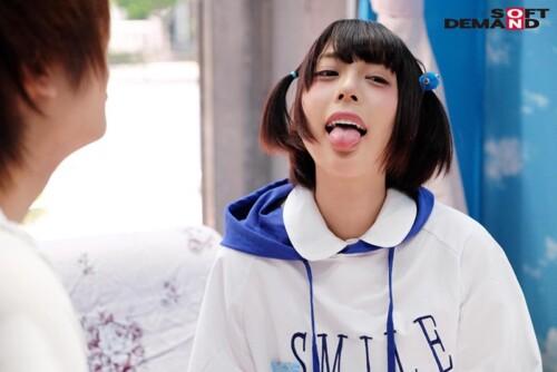 マジックミラーで「SMILE」と書かれたパーカー着用しているショートヘアー美女
