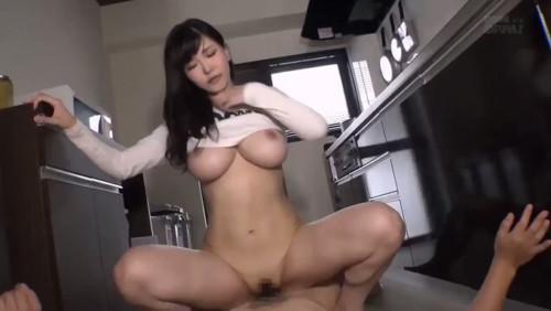 キッチンで服をたくし上げ騎乗位セックスする沖田杏梨