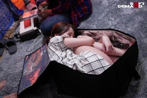 バッグに詰め込まれるロリ少女