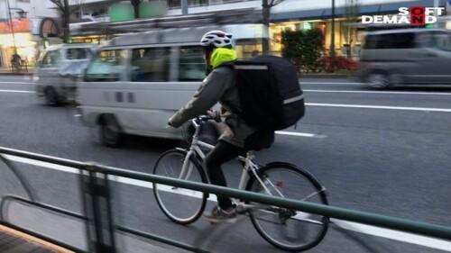 デリバリーバッグに詰め込まれ自転車で運ばれる女